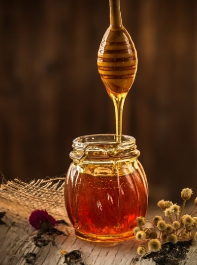 Miel coule dans bocal